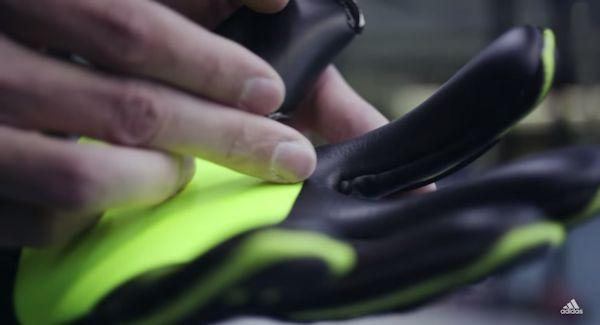 Palmo bicolore dei guanti Adidas Ace Zones Pro