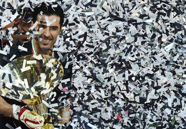 buffon alza la coppa della Serie A 2015